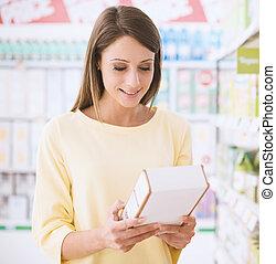 lecture femme, nourriture, étiquettes