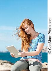 lecture femme, une, e-livre, à, les, mer