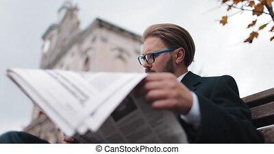 lecture, nouvelles, homme affaires, quotidiennement, dehors