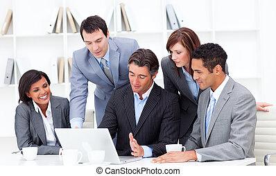 ledsagere, firma, arbejder, laptop, multi-ethnic, graverende