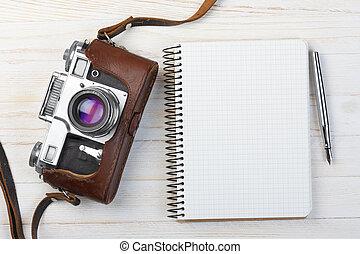 leeg, aantekenboekje, met, vulpen, en, retro, fototoestel,...