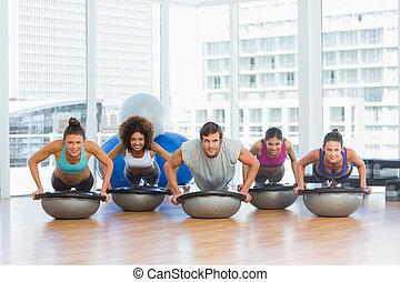 leende folk, gör, trycka, ups, in, fitness, studio