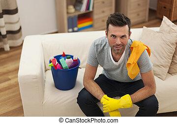 leende herre, med, rengörande utrustning, in, vardagsrum
