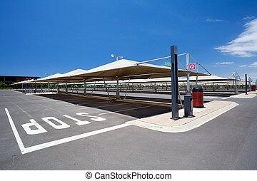leerer , bedeckt, parkplatz