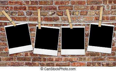 leerer , film, blanks, hängender , gegen, a, grungy, ziegelmauer