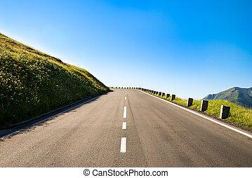 leerer , ländlicher weg, mit, a, scharfes links, kurve, in, der, braue, von, a, hügel, in, der, bergig, bereich