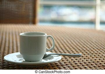 leerer , tasse kaffee, auf, korbgeflechtstisch