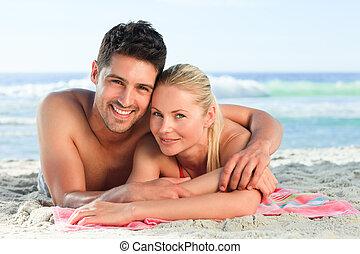 lefelé, szerelmes pár, tengerpart, fekvő