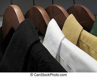 legno, grucce, camicie