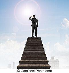 legno, uomo affari, cima, scale, guardando fisso