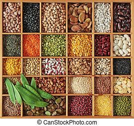 Peas, beans und lentils in wooden box