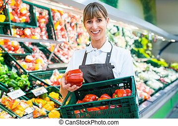 legumes, fresco, escriturário, mostrando, supermercado