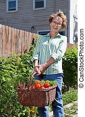 legumes frescos, mulher, sênior, feliz