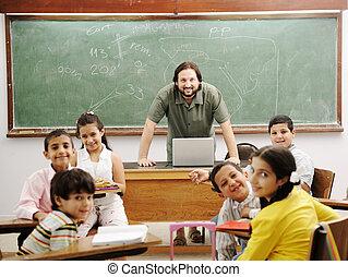 lehrer, in, klassenzimmer, mit, seine, wenig, glücklich,...