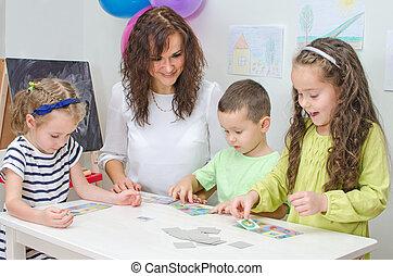 lehrer, spiele, mit, kinder, in, kindergarten.