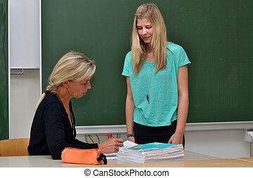Lehrerin mit Schuelerin - Teacher with student