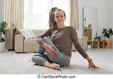 lei, activewear, esercizio, sano, dall'aspetto, femmina, yoga, mentre, giovane