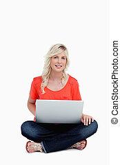 lei, laptop, mentre, usando, a gambe incrociate, donna ...