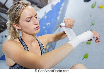 lei, polso, arrampicatore femmina, bendaggio