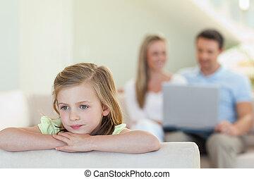 lei, ragazza, genitori, dietro, pensieroso