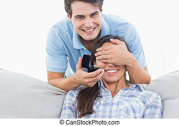 lei, suo, divano, ringon, bastonatura, offerta, uomo, amiche, occhi, fidanzamento