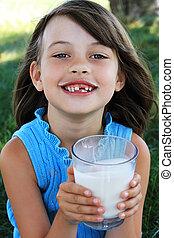 leite bebendo, criança