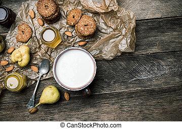 leite, biscoitos, madeira, orelhas, amêndoas
