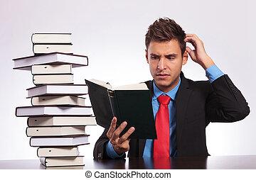 leitura, confundido, homem, escrivaninha