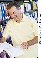 leitura homem, em, um, biblioteca