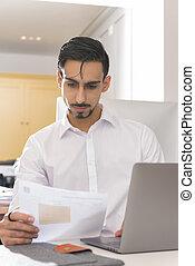 leitura homem, um, documento, em, seu, escrivaninha, em, um, escritório