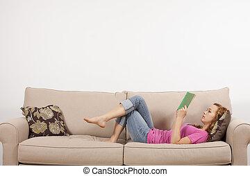 leitura menina, livro, ligado, sofá