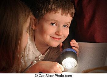 leitura menino, livro, à noite, com, lanterna