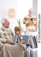 leitura menino, livro, avô