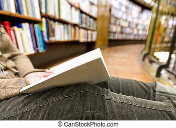leitura mulher, em, biblioteca