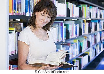 leitura mulher, em, um, biblioteca