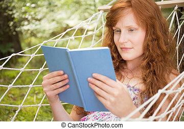 leitura mulher, ligado, um, rede, durante, verão