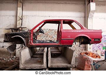 lejtő, közül, a, karambolozott, piros autó
