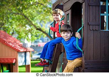 lek, litet, lurar, livsstil, familj, hus, ha, vänner, två, träd, leka, rep, pojkar, ögonblick, tillsammans, klättrande, playground., syskon, fun., trappa, eller