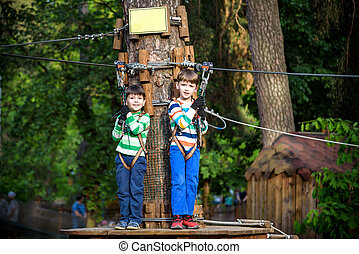 lek, litet, lurar, livsstil, familj, trappa, parkera, två, tillsammans, ha, rep, pojkar, ögonblick, klättrande, playground., syskon, fun., vänner, leka
