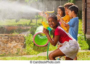 lek, nöje, vatten, vänner, våt, flicka, strid, gevär
