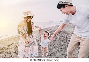 leka, strand, solnedgång, familj, lycklig, asiat