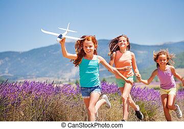 leksak, flickor springa, plan, leka, lycklig