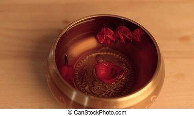lelie, kom, hand, kroonbladen, vrouwlijk, zetten, tibetan, het zingen