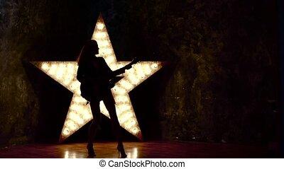 lent, étoile, électrique, mouvement, rocher, arrière-plan., guitare, silhouette, girl, jouer, briller