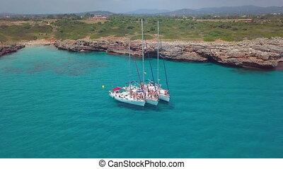 lent, aérien, navigation yacht, motion., ensoleillé, day., vidéo, 4k, mer, ouvert, bateau