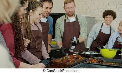 lent, applaudir, mouvement, préparer, classe, mains, cuisine, amis, joyeux, nourriture