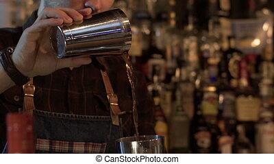 lent, barman, préparer, alcoolique, moderne, mouvement, coctail, bar.