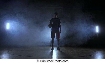 lent, basket-ball, silhouette, regard, fumée, balle, jets, sombre, joueur, appareil photo, fond, panier, tribunal, mouvement