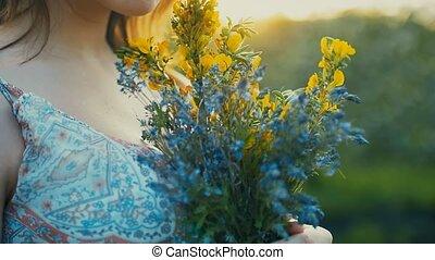 lent, bouquet, mouvement, vidéo, mains, coucher soleil, girl