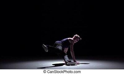 lent, breakdance, danse, débuts, moderne, mouvement, sauter, noir, blond, homme, ombre